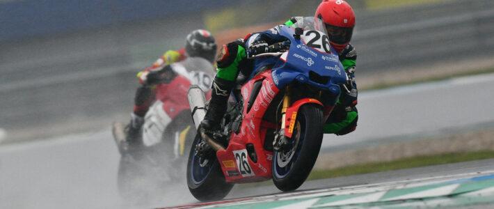 Nieman wint race op een kletsnat Assen
